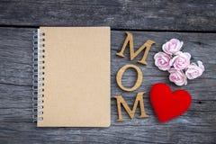 Journal intime de maman sur le fond en bois Photo libre de droits
