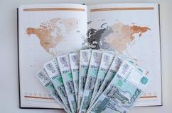 Journal intime et billets de banque sur le fond blanc Photos libres de droits