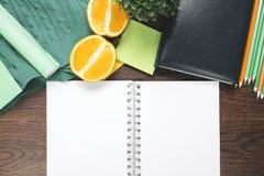 Journal intime et fruit vides sur le bureau Photo libre de droits