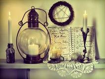 Journal intime lunaire de phases, bougies brûlantes, pentagone étoilé sur le mur et lampe démodée photos stock