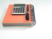 Journal intime, stylo et note-prise, calculatrice Photographie stock libre de droits
