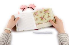 Journal intime, stylo, verres et mains d'affaires Images stock