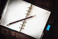 Journal intime sur une table en bois Images stock