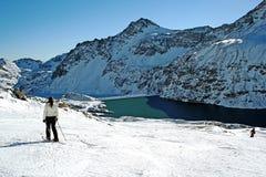 Journal large de ski avec le skieur par le lac Photographie stock libre de droits