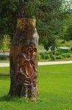 Journal med träskulptur på den Royaltyfri Bild