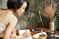 Journal remplissant de gratitude de femme photos stock