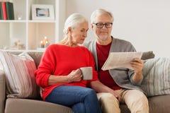 Journal supérieur heureux de lecture de couples à Noël Photos libres de droits