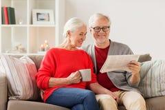 Journal supérieur heureux de lecture de couples à Noël Photographie stock