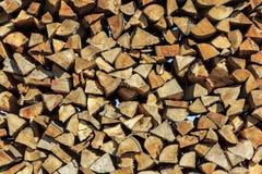 Journaler av trä som staplas i ett sågverk Arkivfoto