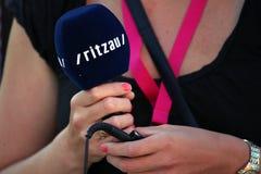 Journalist, der Mikrofon von der Nachrichtenagentur Ritzau hält stockbild