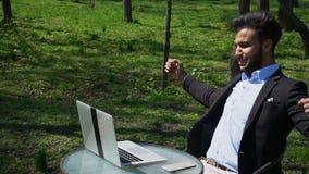 Journalist fertige Arbeit im Park stock footage