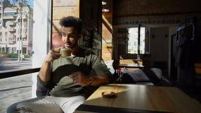 Journalist het drinken koffie in lunchtijd r stock foto