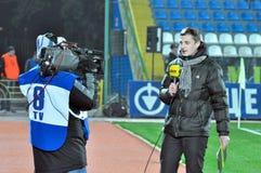 Journalist interviewt auf Kamera vom Stadion Lizenzfreies Stockfoto