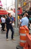 Journalist N J Burkett som anmäler från Times Square, ögonvittnenyheterna, NYC, USA Royaltyfri Bild