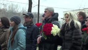 Journalist Yulia Taratuta och tidigare politisk fånge i fallet av YUKOS Platon Lebedev på begravningen av Boris Nemtsov stock video