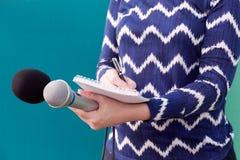 Journalista fêmea na conferência de imprensa foto de stock