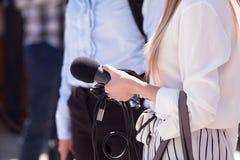 Journalista fêmea que guarda o microfone Imagem de Stock