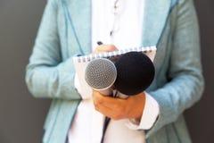 Journalista na imprensa ou na conferência de imprensa foto de stock royalty free