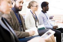 Journalistas altamente profissionais na conferência de imprensa fotos de stock royalty free