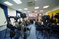 Journalistas e fotógrafo no centro da imprensa Imagens de Stock