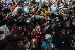 Journalistas e fotógrafo que competem um com o otro ao cobrir um evento Imagens de Stock Royalty Free