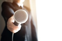 Journalistas que arquivam o microfone que entrevista ao homem de negócios esperto imagens de stock