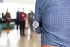 Journaliste à la conférence de presse, tenant le microphone image stock