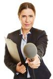Journaliste avec le microphone faisant l'entrevue d'enquête Photographie stock
