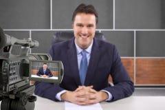 Journaliste de pelliculage d'appareil-photo de studio Photos libres de droits