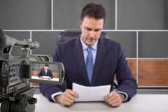 Journaliste de pelliculage d'appareil-photo de studio Images stock