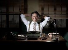 Journaliste heureux ayant une coupure tard la nuit Photographie stock libre de droits