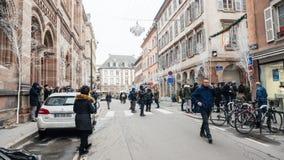 Journalisten die zich op Rue Des Orfevres na terrorist verzamelen bij stock foto's