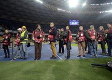 Journalistes au travail pendant la partie de football de ligue de champions Image libre de droits