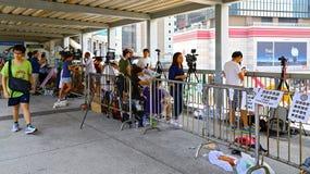 Journalistes de chaîne de télévision chez amirauté, Hong Kong Images libres de droits