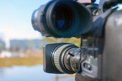 Journalistieke televisiecamera op stadsstraat stock fotografie