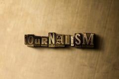 JOURNALISTIK - närbild av det typsatta ordet för grungy tappning på metallbakgrunden fotografering för bildbyråer