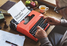 Journalistik som arbetar skriva på maskin Workspacebegrepp royaltyfria foton