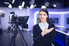 Journalistinfunktion als Reporter-, Korrespondent- oder Sendungsnachrichten analystsWoman Journalistfunktion als Reporter, Korres lizenzfreies stockfoto