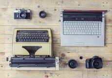 Journalistische Ausrüstung auf einem Holztisch Stockbild