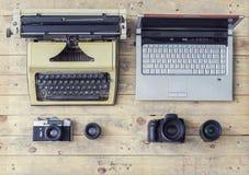 Journalistische Ausrüstung: Schreibmaschine, Kamera, Laptop Lizenzfreies Stockbild