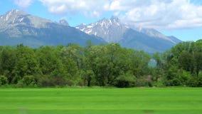 Journalistschmierfilmbildungsgeschichte über Plätze für reisende Tatra-Gebirgsstrecke in Europa stock footage