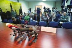 Journalits e fotógrafo de imprensa no centro da imprensa fotos de stock royalty free