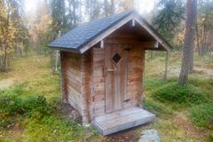 Journalkabin Toilette i den djupa Taiga skogen arkivbilder