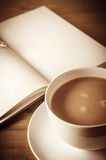 Journalling med kopp te arkivbilder