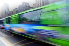 Journaux à grande vitesse et brouillés de bus Photos stock