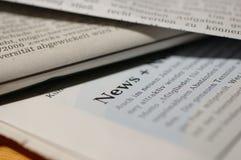 Journaux avec des nouvelles de mot Photos stock