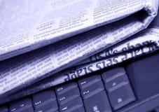 Journaux avec l'ordinateur Photographie stock