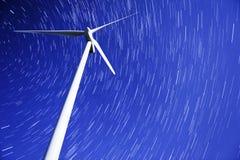 Journaux d'étoile au-dessus d'un générateur d'énergie éolienne Images stock
