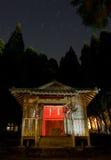 Journaux d'étoile au-dessus d'un tombeau rural de Japonais Image libre de droits