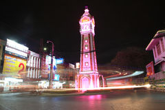 Journaux de lumière autour de tour d'horloge la nuit Photos libres de droits